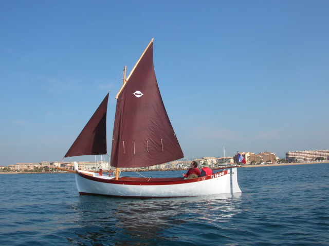 A construction in cold moulded mahogany. 3 crossed layers, glued with epoxy, using a vacuum pump system for good results. The mahogany frames are then attached to the hull, joining the keel, stem and stern post.